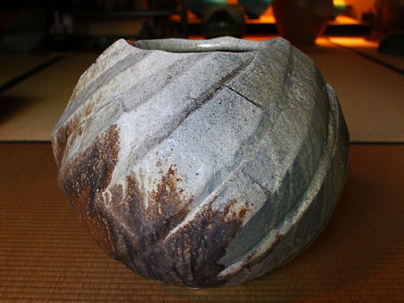 Nishihata-Tadashi-----globular Tamba-ash-glazed-pleated jar