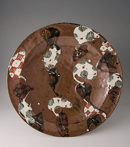 Kaki glaze with akae decoration on large plate in brown, white and black by Tomoo Hamada