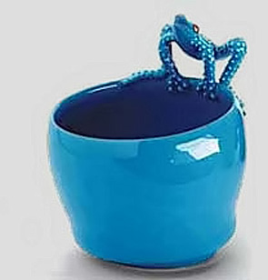 Sky blue glaze pot with white spotted blue frog figurine on lip - Mirta Morigi