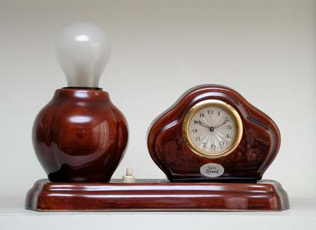 maroon-mantle clock lamp