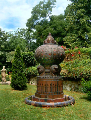 Zsolnay-garden-sculpture-in-Pecs