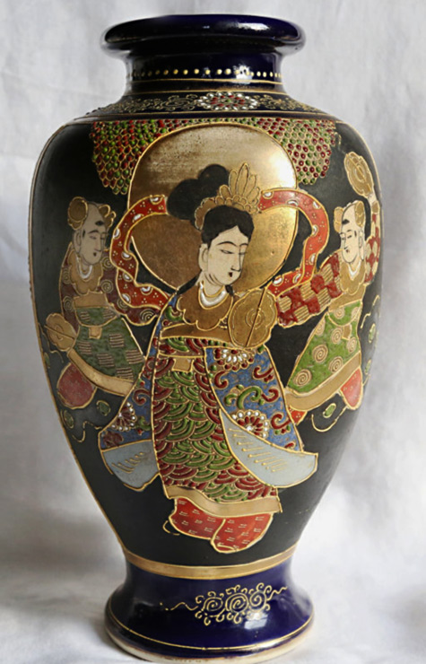 Japanese early 20th century hand painted Satsuma vase
