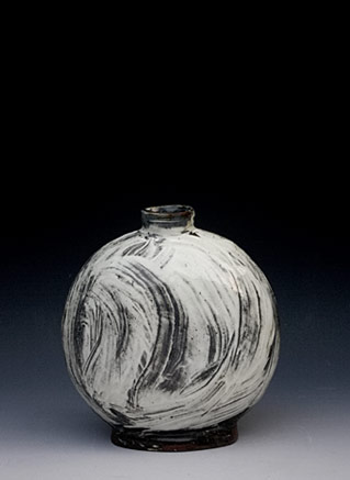 Ceramic bottle with incised surface - Lee Kang Hyo