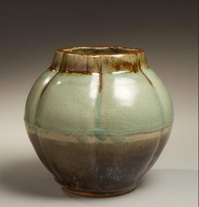 Kawai-Kanjiro Vessel Pale green crackleur and iron-oxide glazed lobed vase, ca. 1938 - Kawai-Kanjirô
