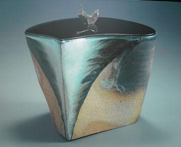 Imaizumi Imaemon ceramic lidded vessel