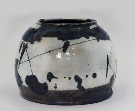 korean-ceramics-ree-soo-jung-black and white ceramic vessel