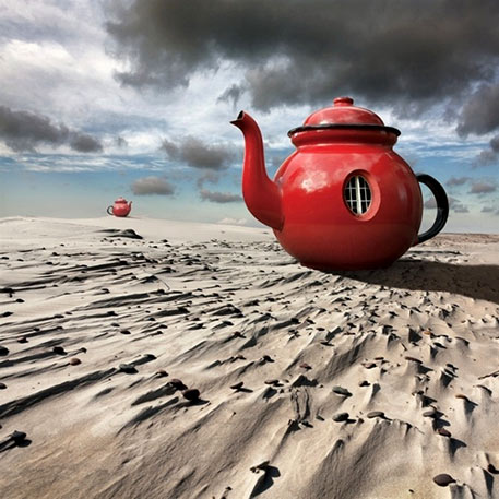 Dariusz-Klimczak-(Poland) red teapot on the beach