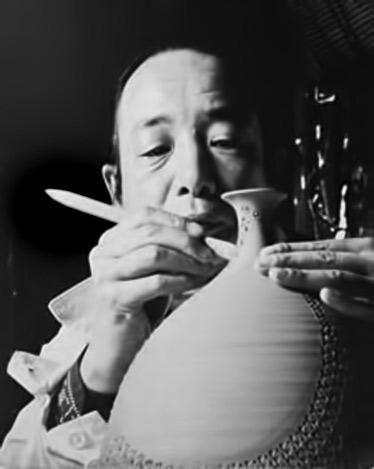Japanese potter, Kondõ Yutaka (1932-1983) crafting a pot