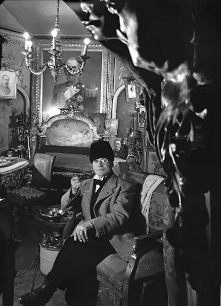 Robert Doisneau photo a man seated in his parlour