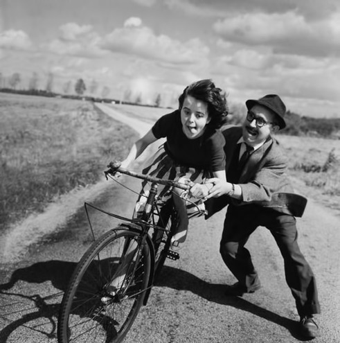 La-jeune-fille-au-velo.-Robert-Doisneau Father teaching his daughter to ride a bike