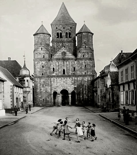 Robert Doisneau - photo of children playing ring a rosie