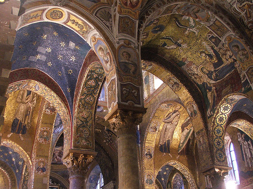 Small-church-(also-known-as-Santa-Maria-dell'Ammiraglio),-dating-from-the-1140s,-is-full-of-stunning-mosaics-alternating-between-religious-scenes-and-geometric-patterns