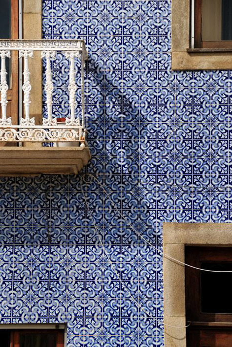 Azulejos-(the-very-typical-Portuguese-white-and-blue-tilework)-from-Lisboa