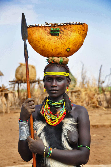 Dassanech-woman with spear and pot