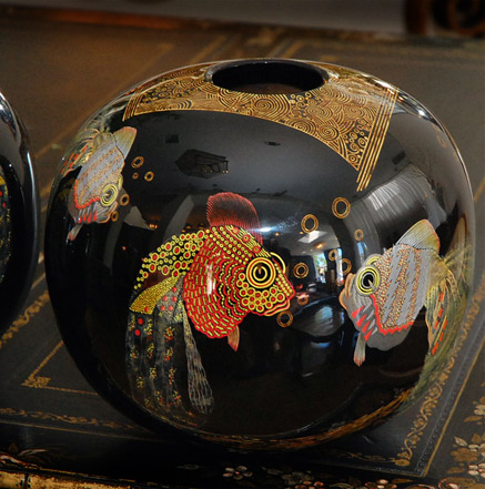 Black ovoid lacquered vase with fish decoration