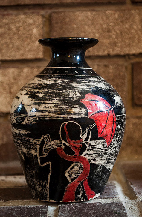 Pot-160 - sgraffito pottery decoration of an embracing couple by the sea by Jean-Marc Fontaine