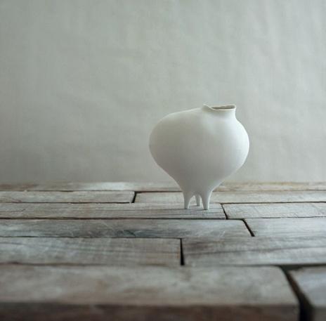 atsum-izumi white ceramic tri footed contemporary vessel