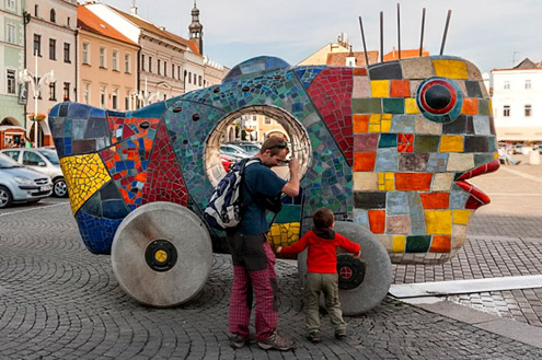 big-toy-fish--Alexandra-Koláčková large ceramic fish sculpture on wheels