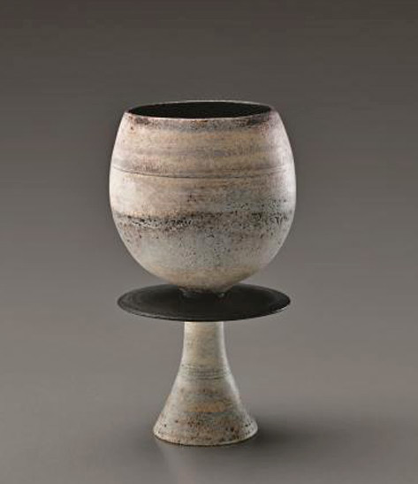 White-cup-on-foot-with-central-disc,-1974-Hans-Coper