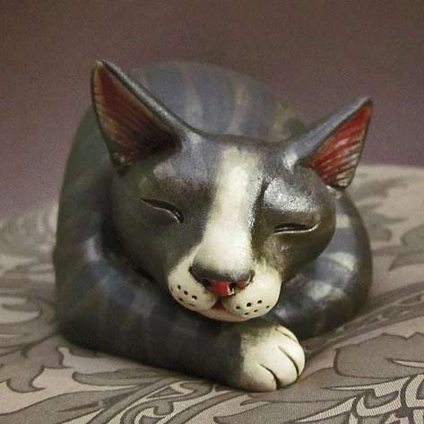 Hand-sculpted-figurine-of-sleeping-gray-tabby-cat-by-Felicia-Nilson