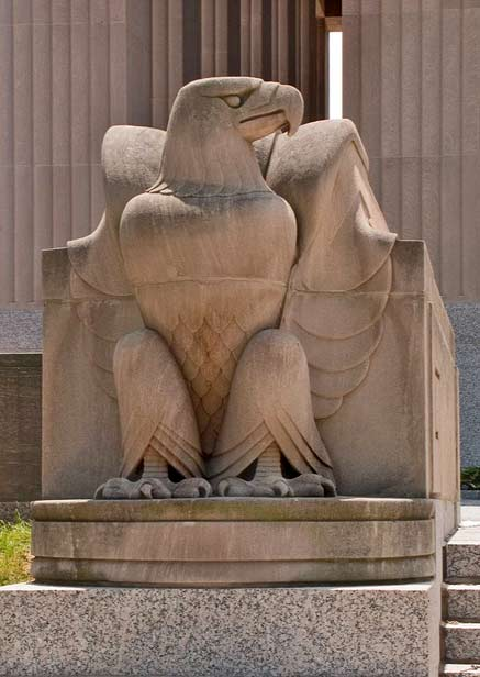 Soldiers-Memorial-in-Saint-Louis,-Missouri---eagle sculpture