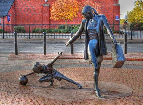 Mother-&-Child-street sculpture by Alan Wilson