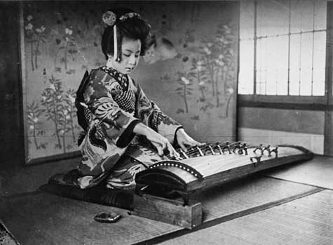 Geisha-playing-the-Koto-or-Japanese-harp-by-Agence-Mondial,-1932.