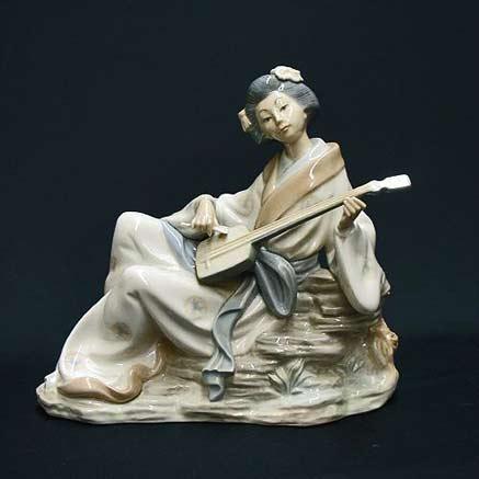 Reclining-Geisha figurine by Lladro