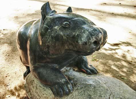 Wombat-sculpture-by-Silvio-Apponyi-maroochy-botanic-gardens