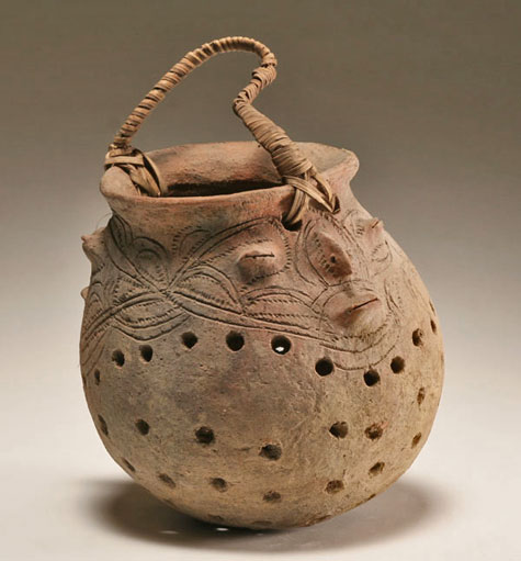Oceanic-clay-fish-smoking-pot,-Dimeri-Village,-Lower-Sepik-River,-New-Guinea,