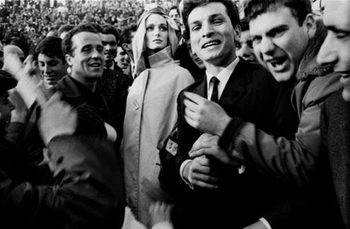 Model-Deborah-Dixon,-wearing-Italian-Haute-Couture,-with-soccer-fans,-1962,-Rome-Harper's-Bazaar---Frank-Horvat