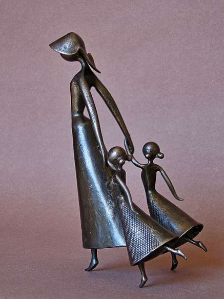 Jean-Pierre-Augier-french-sculptor - A hooded lady walking with two girls
