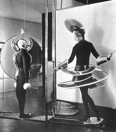 schlemmer-ballet-figuresschlemmer-costumes-for-the-triadic-ballet-1924