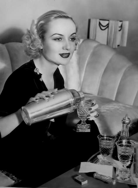 Carole-Lombard pouring a cocktail