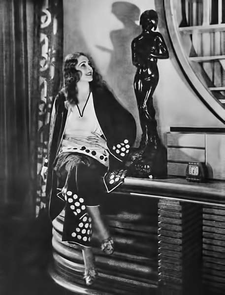 Rita-Flynn in Art Deco movie set