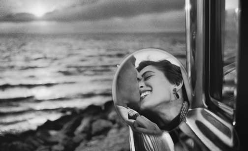 Elliott-Erwitt-Magnum-Photos A couple reflected thru a rear vision mirror