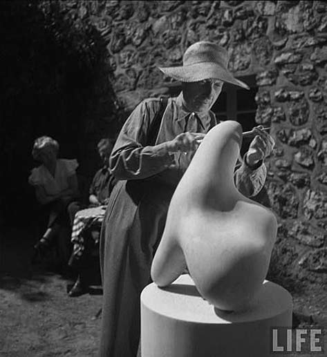 Jean Arp smoothing a abstract sculpture, photo Gjon Mili