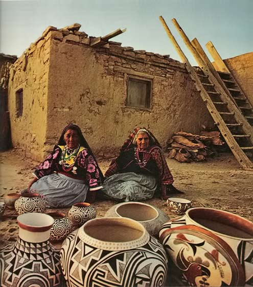navajo-Native-American-women displaying their pottery