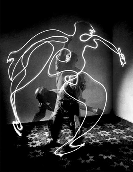 Pablo Picasso-light-painting-at-Vallauris