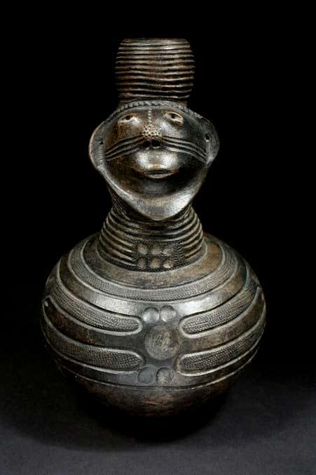 Zande-people-of-D.R.-Congo pottery vessel