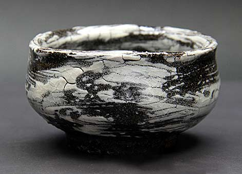 Nakagawa-Kyohei-tea-bowl with crackled surface in black and white