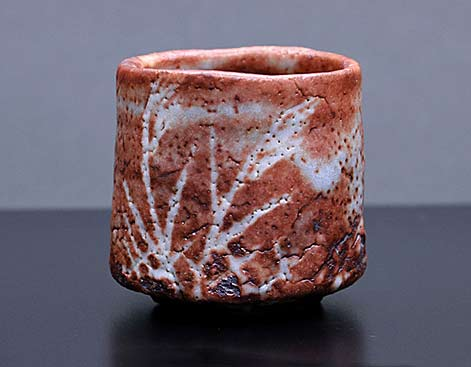 Ratsu-Shika red and white tea bowl with crackle glaze