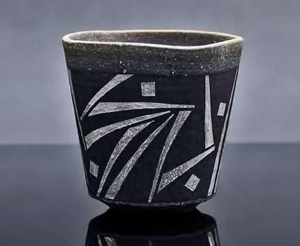 Sachiko Shimizu - white abstract design on black yunomi