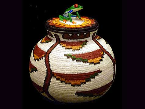 Woven lidded pot with frog handle - Costa Rican Wounaan tribe