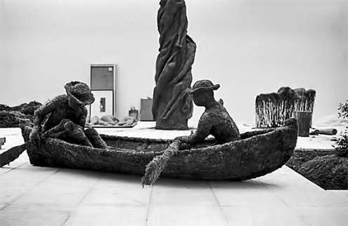 A boat with two oars made of tree roots and soil by Finnish Olavi Lanoo,Venice 1978Photo by Adriano AlecchiMondadori Portfolio via Getty Images)