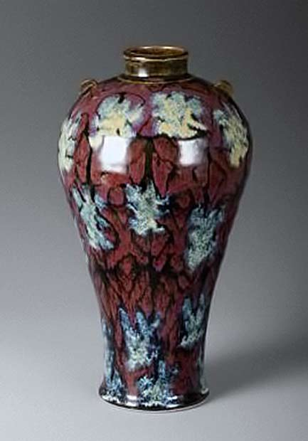 Bob-Pool-Mae-byong-vase,-red-gold-floral-pattern