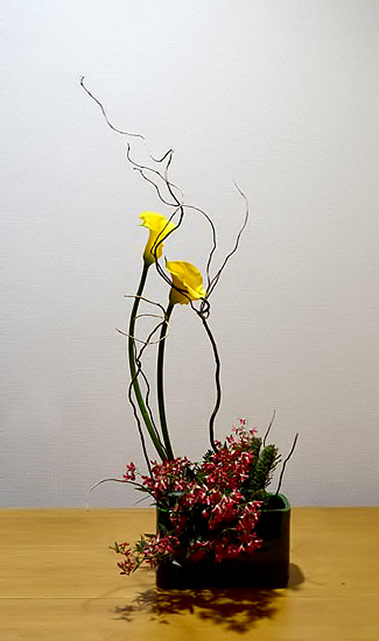 Aya-Sogetsu-school-of-ikebana - yellow flower