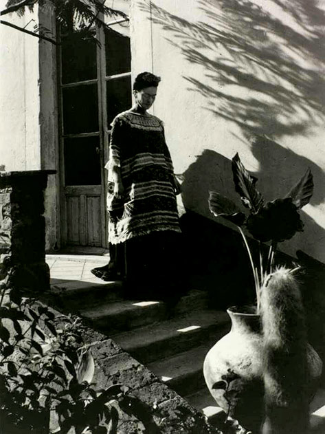 Frida-Kahlo-coming-down-the-stairs-Mexico,-1944