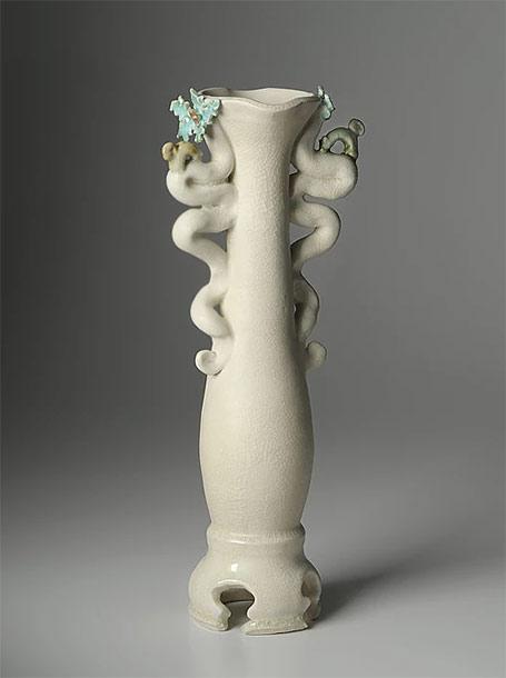 Alice-Federico white vase with elegant handles